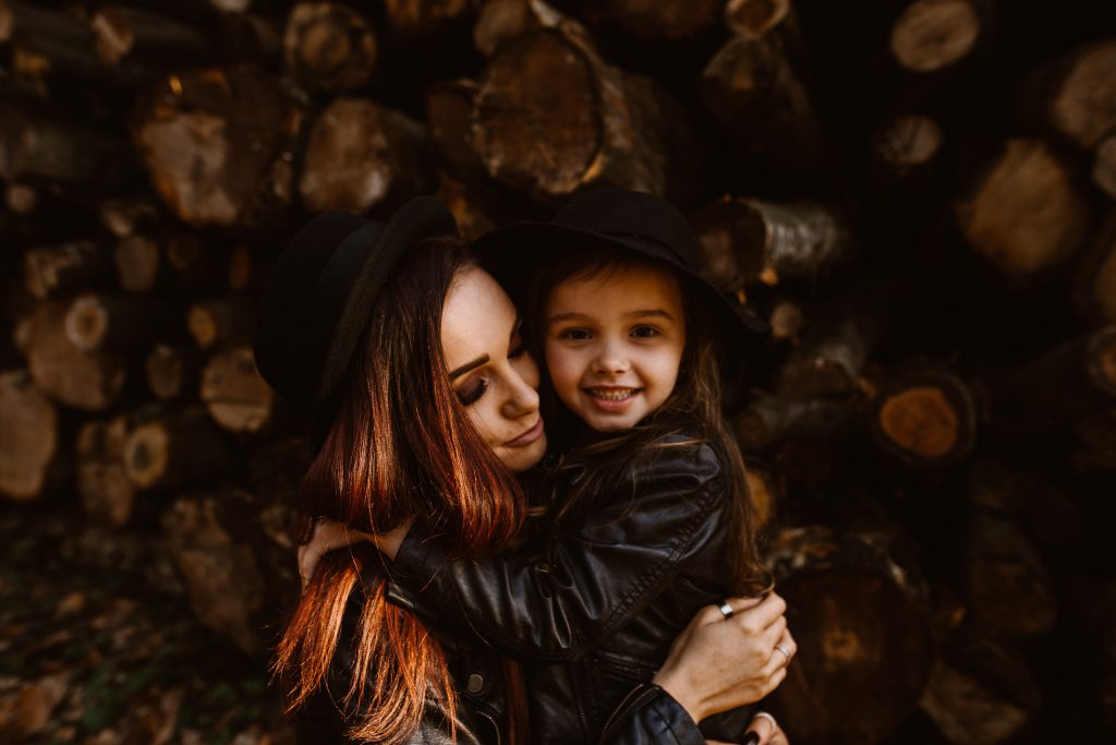 MUM AND DAUGHTER IN A FOREST - lifestyle photography session delemere forest